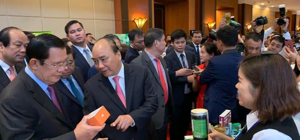 Thủ tướng Nguyễn Xuân Phúc và thủ tướng Samdech Techo Hunsen ghé thăm gian hàng nhà máy Curcumin Bắc Hà